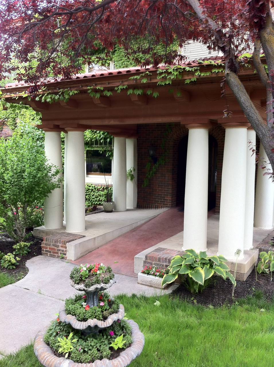 Bellington Manor valet drive and garden reception center in Ogden
